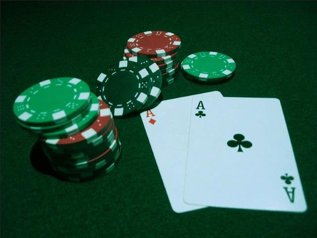 Photo of Pokerowi oszuści: opowieść o słabościach pewnego algorytmu tasującego